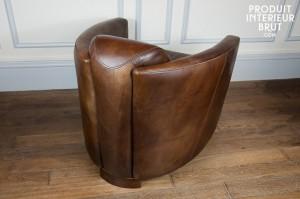 Un fauteuil club « Aviator » (100% cuir pleine fleur) du catalogue Produit Intérieur Brut vu de dos…